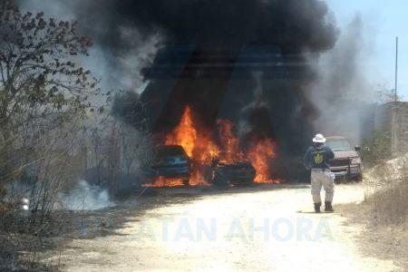 Se incendia deshuesadero en San Juan Bautista: siete vehículos siniestrados