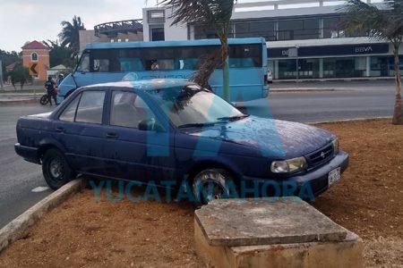 Otro accidente debido a la lluvia; conductora se trepa a una glorieta