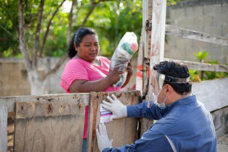 El alcalde Renán Barrera entrega apoyos alimentarios, casa por casa en comisarías