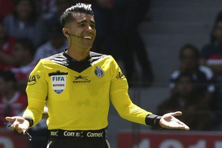 """Árbitro polémico """"ignora"""" campaña de concientización de la Liga MX"""