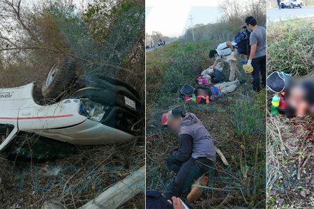 Vuelca camioneta con siete trabajadores en la parte trasera: dos muertos