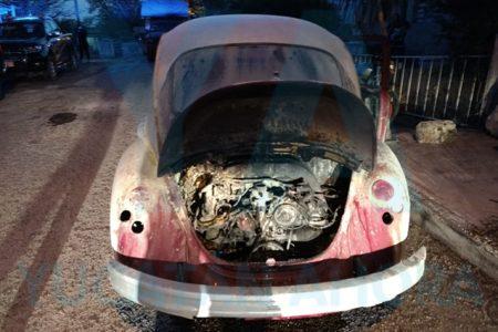 Se incendia su auto y lo apaga con tierra