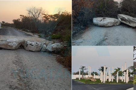 """Fraccionamiento de """"ricos"""" bloquea carreteras colindantes con comisarías"""