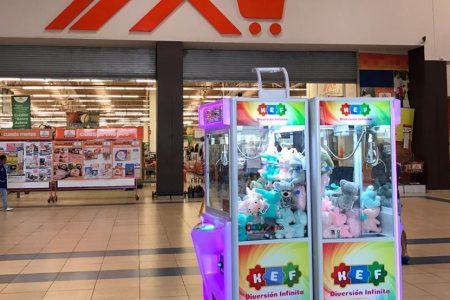 Sin protocolos de higiene, funcionan máquinas saca-muñecos en plaza comercial