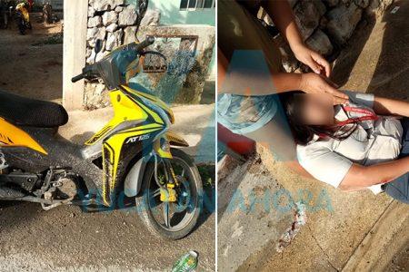 Derrapa una motociclista por el piso mojado