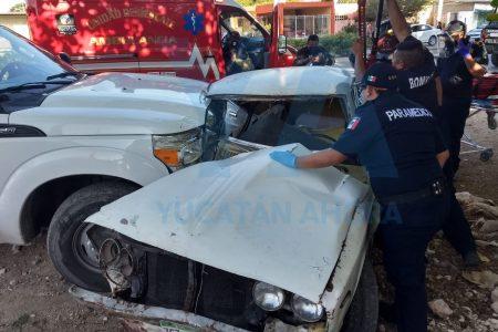 Conductor acaba prensado tras distraerse en calles de Kanasín