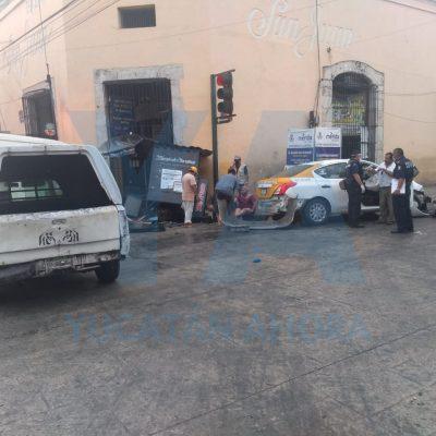 Carambola con puesto de periódicos incluido, en el centro de Mérida