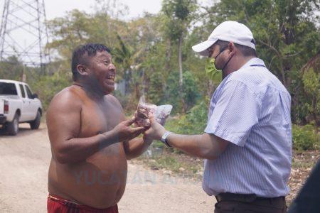 Comerciante reparte carne entre familias que pasan hambre por el Covid-19