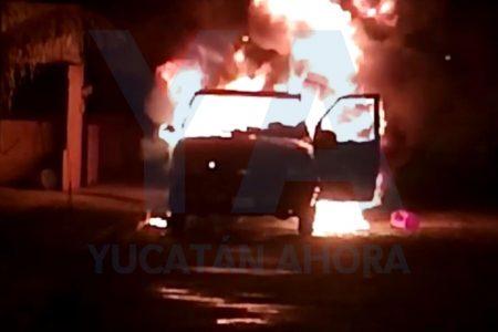 Arde en llamas un vehículo en calles de Juan Pablo II
