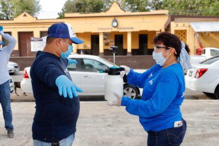 Bien protegidos y sanitizados salen a repartir apoyos en colonias y comisarías