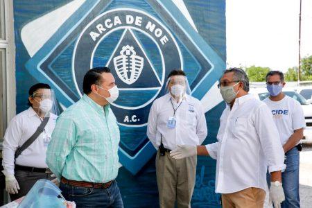 Renán Barrera entrega caretas y despensas a asociaciones civiles