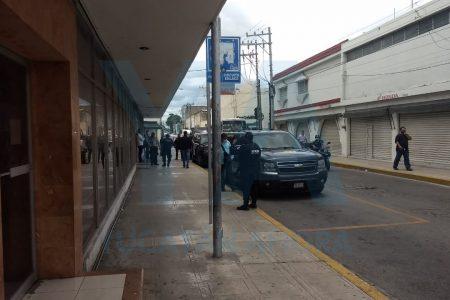 Movilización por sujetos armados en céntrico banco de Mérida