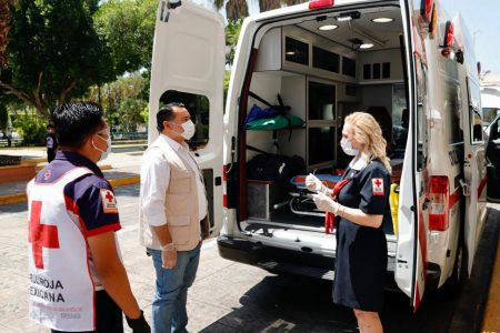 Renán Barrera entrega donativo a la Cruz Roja como parte de la Colecta Anual 2020