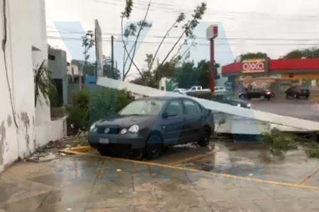 Anuncio de una farmacia cae sobre un auto estacionado, en Francisco de Montejo