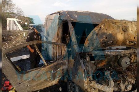 Se achicharra una camioneta cargada con aceites y lubricantes
