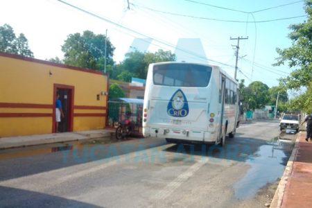 Cable de alta tensión cae sobre un autobús de personal de Crío