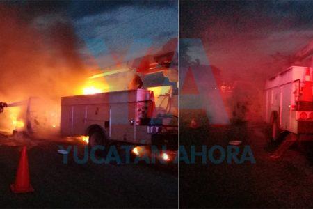 Fuego consume una camioneta de la CFE