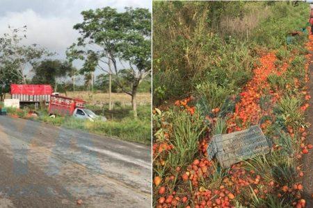 Enorme chiltomate en carretera: vuelca camioneta cargada de tomate