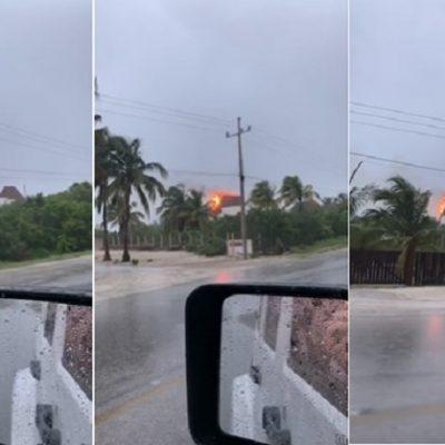 Rayo cae sobre una casa veraniega y causa un incendio en una palapa
