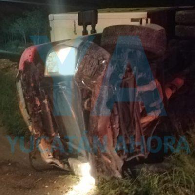Vuelca una camioneta de Kekén con dos empleados: iba sin carga