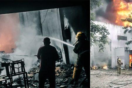 Incendio de grandes proporciones consume una fábrica de veladoras en Conkal