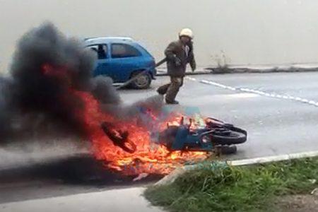 Se consume su motocicleta mientras manejaba en el Periférico