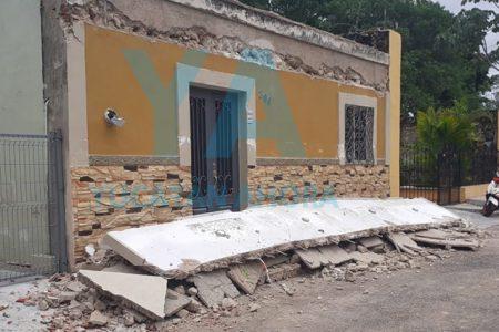 Por la lluvia, se derrumba parte de su casa, en Motul