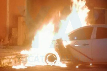Arde taxi del FUTV en calles del fraccionamiento Croc de Kanasín