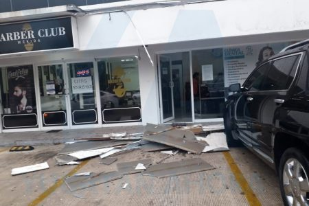 Derrumbe en una plaza del fraccionamiento Las Américas: dos autos dañados