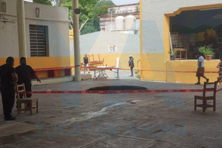 Se forma enorme socavón en una escuela primaria tras las lluvias de Cristóbal