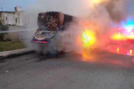 Se incendia un autobús de turismo estacionado en Ciudad Caucel