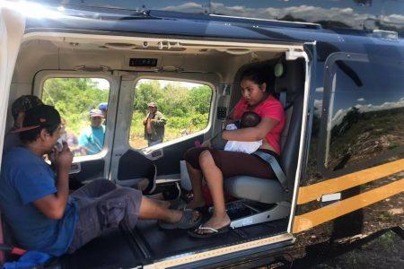 Trasladan en helicóptero a bebé enferma, atrapada en un poblado incomunicado