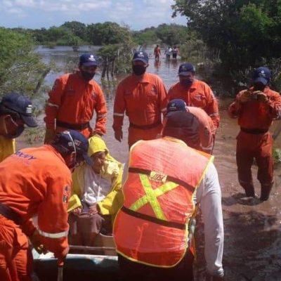 Rescatan a pareja de adultos mayores atrapados en un rancho por las inundaciones