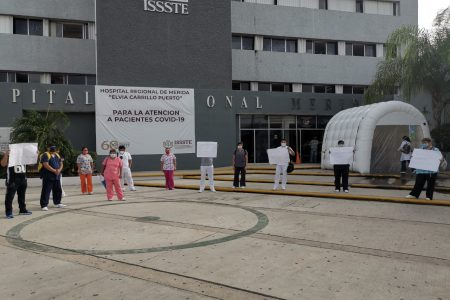 Protestan trabajadores del hospital regional del Issste: les dan insumos deficientes