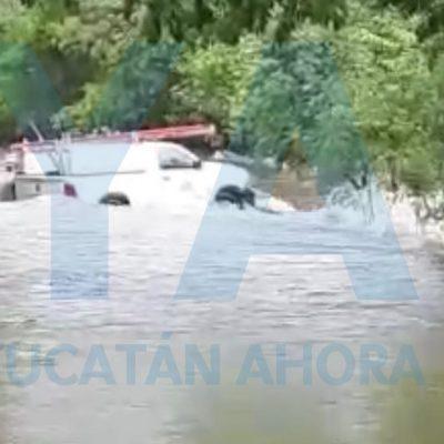 Deslave arrastra camioneta de la CFE en una carretera del sur de Yucatán