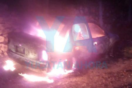 Cortocircuito incendia y acaba con su auto mientras dormía