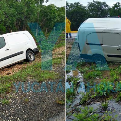 Por el piso mojado, se accidenta un vehículo cargado con medicamentos