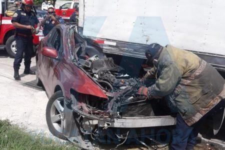 Terrible accidente en Plan de Ayala Sur: conductor acaba prensado debajo de un camión