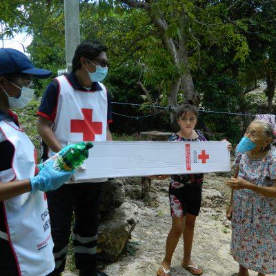 Voluntarios, el corazón de la Cruz Roja, entregan paquetes de limpieza en Dzitás