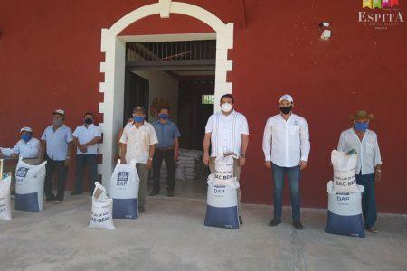 Dan semillas y fertilizante a campesinos de Espita tras la tormenta Cristóbal