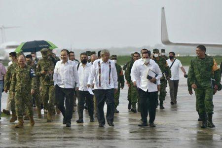 Gobernador de Yucatán usa cubrebocas en visita de AMLO