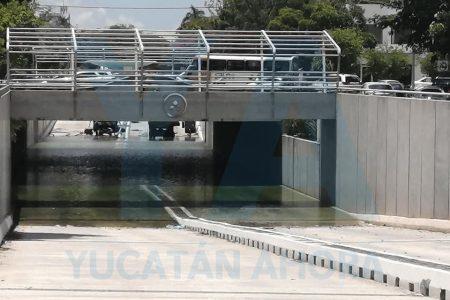 Paso a pasito baja el agua en el distribuidor vial de Prolongación Montejo