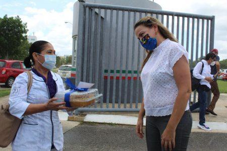 Cecilia Patrón apoya y reconoce al personal médico de Yucatán