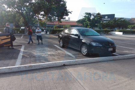 Fallece dentro de un auto, en el estacionamiento de un supermercado de la Itzaes