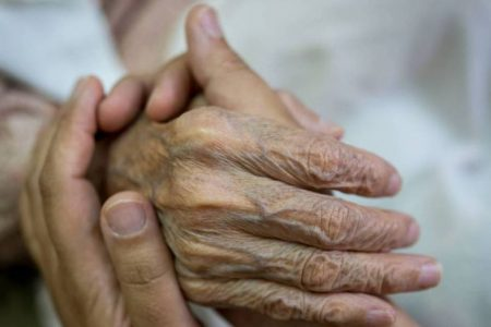 Pandemia de Covid-19 cobra la vida de dos abuelitas en Mérida