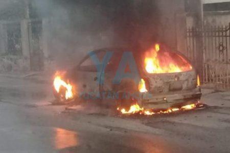 Pierde su auto al incendiarse en calles del Centro