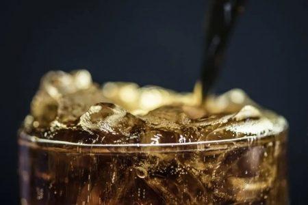 Cuidado con las bebidas energizantes: algunas son una bomba de azúcar