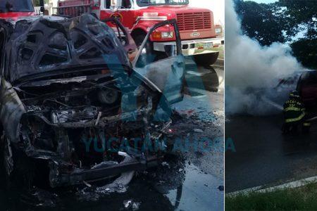 Se quema por completo su auto mientras manejaba en Francisco de Montejo