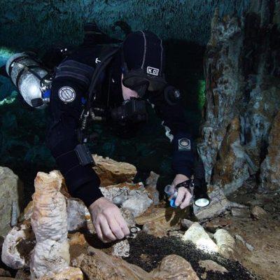 Hallan antigua mina de ocre en cuevas submarinas de la Península de Yucatán