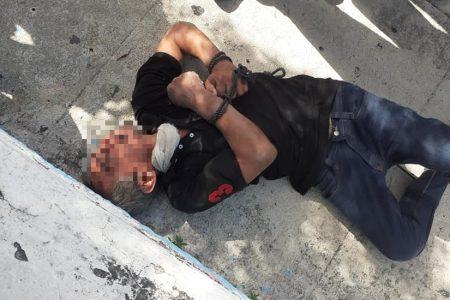 Vecinos someten y amarran a un sujeto que entró a robar en una casa de la Madero